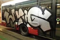 Brněnský dopravní podnik od začátku roku eviduje osmapadesát vozů, které vandalové poničili škrábanci, tagy nebo graffity.