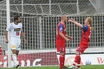 Fotbalisté Zbrojovky Došek (uprostřed) a Šamánek (vpravo).