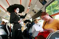Cestující brněnskými tramvajemi v sobotu doprovázeli i herci.