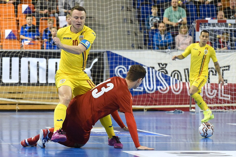 Brno 3.2.2020 - kvalifikační turnaj na futsalové MS 2020 - ČR Michal Holý (červená) Rumunsko Dimitru Stoica (žlutá)