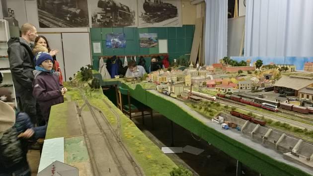 Až do začátku prosince lidé navštíví tradiční podzimní výstavu kolejišť, kterou připravili brněnští modeláři železnic. Letos uvidí i modely autobusů.