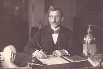 Speleolog Alois král při psaní dopisu.