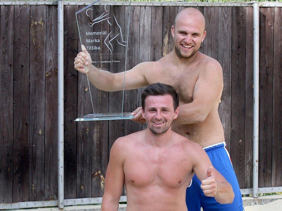 Novou putovní skleněnou trofej získali při druhém ročníku Memoriálu Marka Těšíka v beachvolejbalu Ondřej Pavlík s Petrem Kozelkem, kteří ve finále porazili 2:0 na sety dvojici Michalů Mašek a Fiala.