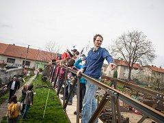 Třicetimetrový most pro odlehlou vesnici v Albánii vyráběl Jan Balák spolu s otcem a dědem tři měsíce. Na svém dvoře v Sokolnicích ho pak poskládali za tři dny.