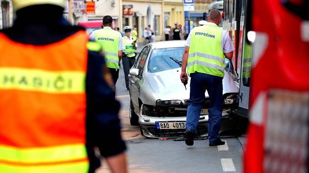 Při odbočování doleva narazil do tramvaje. Při nehoděna křižovatce ulic Cejl a Körnerova v Brně, si řidič osobního auta narazil rameno.