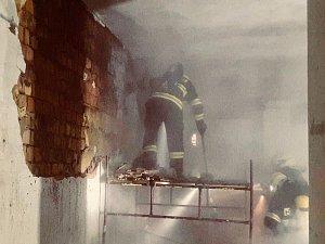 Požár v suterénu Janáčkova divadla, kde začala hořet izolace v příčce.