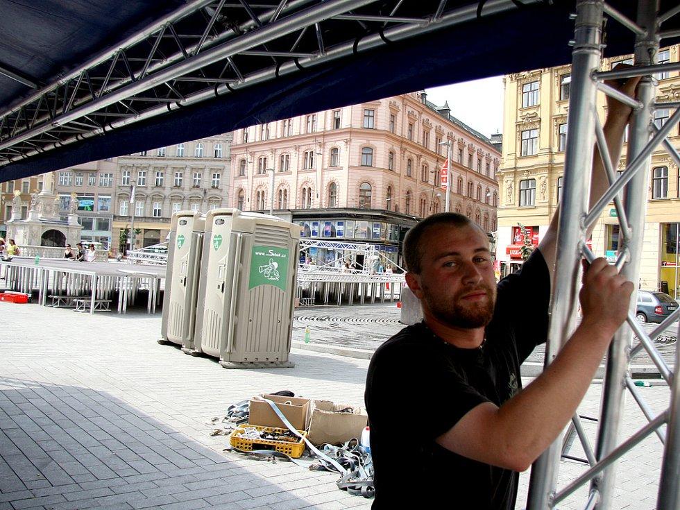 Výstavba podia na náměstí Svobody