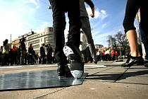 Přesně stovka stepujících nohou rozezněla v pátek odpoledne prostranství před Místodržitelským palácem na Moravském náměstí.