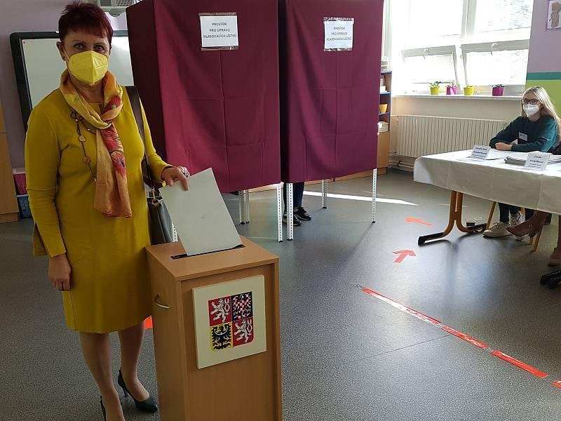 Senátorka za Hodonínsko Anna Hubáčková hlasovala do sněmovních voleb ve třídě základní školy v Ratíškovicích.