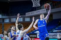 Brněnští basketbalisté (v bílém) na úvod play-off padli s USK Praha 69:76.