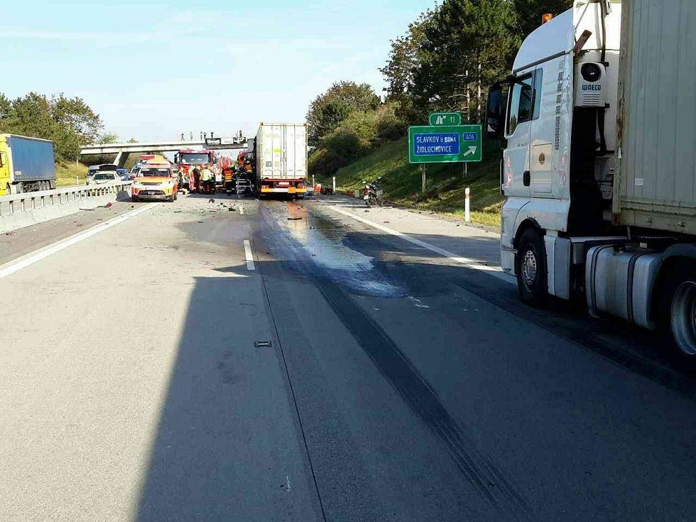 Kolem deváté hodiny ráno se u sjezdu z dálnice na Blučinu na Brněnsku srazily dva kamiony. Jeden řidiči se při nehodě zranil.