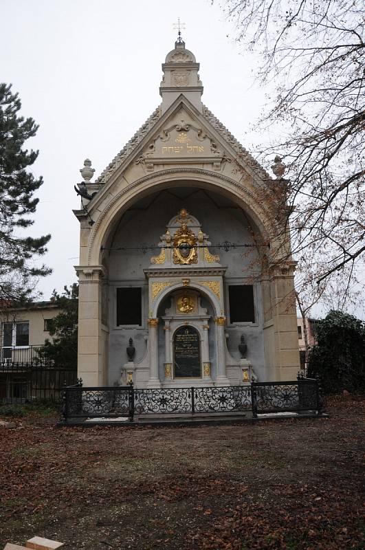 Kuffnerova hrobka v Břeclavi. Monumentální hrobka byla postavena na přelomu 19. a 20. století pro nejvýznamnější břeclavskou rodinu. Restaurátoři obnovily kamenné části náhrobku a podstavců, které byly zároveň nahrazeny kopiemi. Stav po opravách.