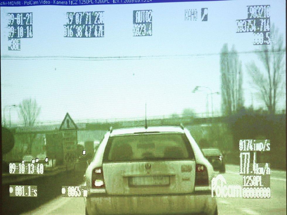 Záznam z kamery uvnitř nového policejního auta.