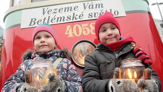Betlémské světlo našli Brňané v tramvaji zvané Plecháč.
