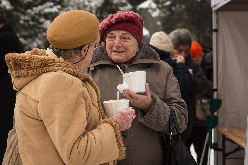 Všem potřebným, osamělým či opuštěným nabízeli dobrovolníci na středeční tříkrálové odpoledne fazolovou polévku. Zahrady Augustiniánského opatství na Mendlově náměstí v Brně totiž hostily charitativní akci Betlémské dary.