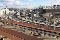 Zástupci Správy železniční dopravní cesty v úterý představili novinky na hlavním nádraží po roční vlakové výluce. Ukázali také zcela nové prostory jednotného obslužného pracoviště, z něhož budou výpravčí řídit provoz na nádraží.