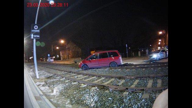 Auto zaklíněné vtramvajové trati vbrněnském Komárově po nebezpečné opilecké jízdě.