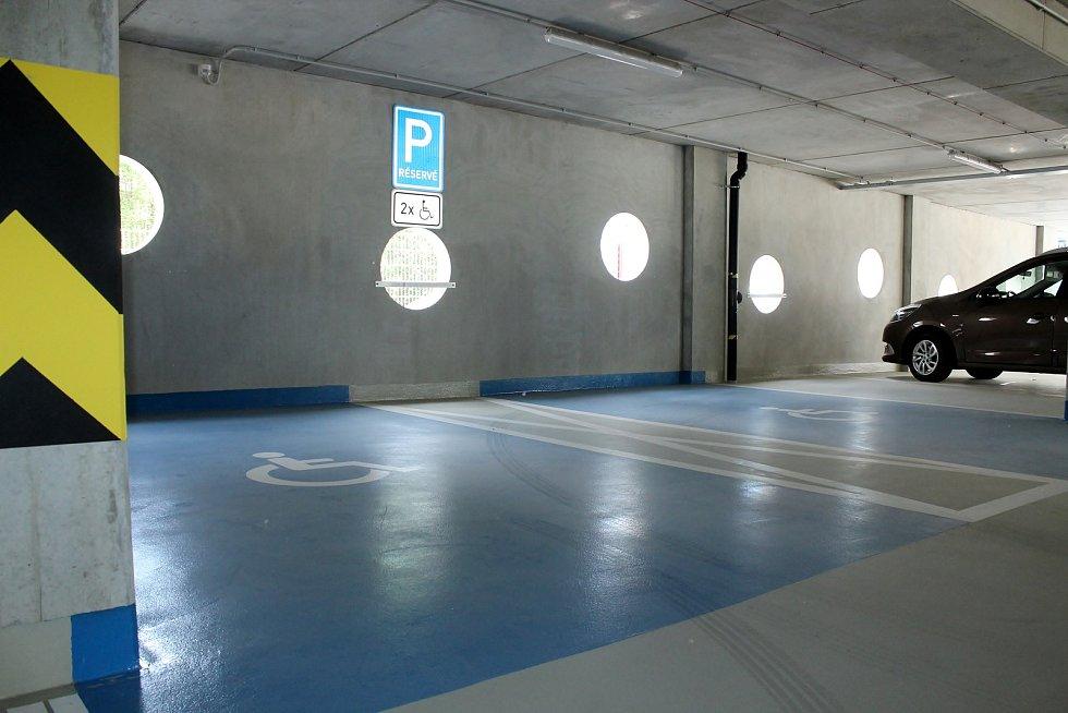 Nový parkovací dům River Park v brněnské Polní ulici začal fungovat od úterního večera.