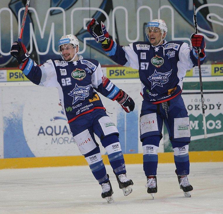 Hokejisté brněnské Komety porazili i ve čtvrtém utkání čtvrtfinálové série play-off extraligy Vítkovice, tentokrát 3:1.  Na snímku Holík a Hruška.