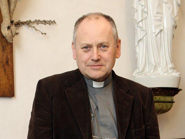 Kněz František Koutný slouží v kostele svaté Máří Magdalény v Brně.
