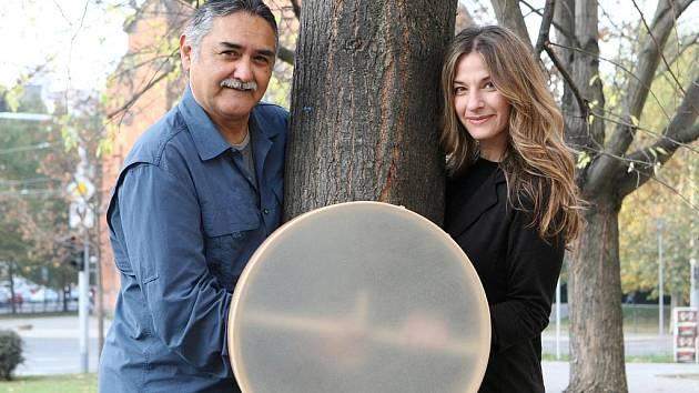 Americký bubeník a hráč na rámové bubny Glen Velez a americká vokalistka Lori Cotler.