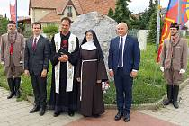 Tři desítky lidí se sešly 5. července 2021 k uctění památky Cyrila a Metoděje a mučednické smrti mistra Jana Husa u jediného Husova pomníku v Brně-Soběšicích.