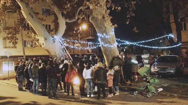 Místní si sami ozdobili Bratislavskou ulici vánočními světly.
