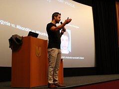 Na nedávnou besedu Andreje Drbohlava v brněnském Univerzitním kině Scala se toužilo dostat až patnáct tisíc posluchačů.