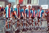 Bývalý závodník Karel Vávra reprezentoval Československo v soutěži družstev (úplně vlevo).