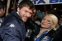 Desítky nadšených fanoušků vítaly své modrobílé hrdiny po postupu do finále extraligy u Kajot Arény v Brně. Výprava s hokejisty dorazila z vítězného plzeňského tažení po druhé hodině ranní.
