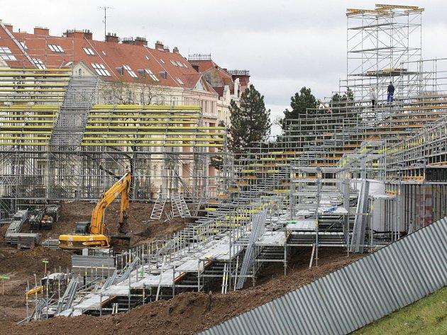 Výstavba tribun pro hokejové zápasy pod širým nebem.