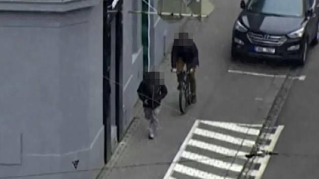 Kamera nasnímala pohyb zloděje, který v Brně ukradl jízdní kolo.