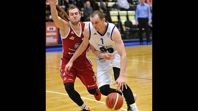 Basketbalista Michal Křemen (v bílém dresu).