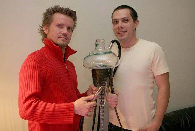 Jakub Lanča (vlevo) s Jiřím Starým založili firmu vyrábějící luxusní vodní dýmky.
