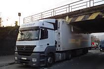 Uvízlý kamion s návěsem v podjezdu pod železniční tratí v Tišnově.