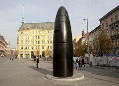 Od roku 2010, kdy ho poprvé lidé spatřili, si brněnský orloj na náměstí Svobody vysloužil mnoho nelichotivých přezdívek. Někomu připomíná mužský úd, přitom jeho tvar nábojnice odkazuje na historické obléhání města Švédy.