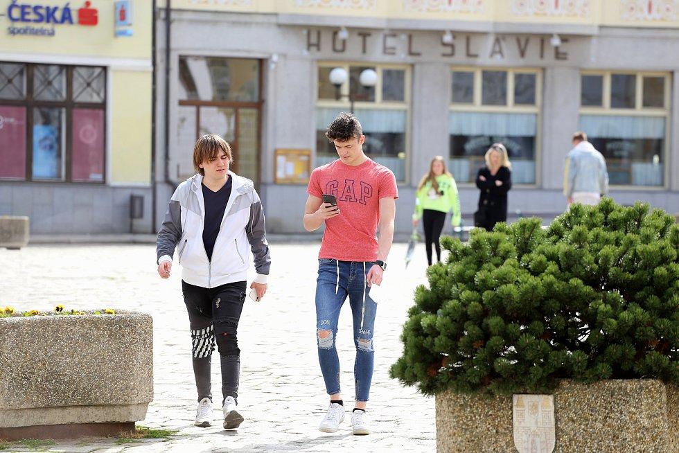 S respirátorem nebo rouškou se po Masarykově náměstí v Pelhřimově procházelo v sobotu odpoledne jen malé množství lidí. Lidé se totiž v centru města pohybovali spíše bez ochrany nosu a úst.