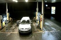 Pohonné hmoty načerpané před půlnocí na konci roku na benzínce poblíž Rajhradu se nakonec pořádně prodražily devětapadesátiletému cizinci. Při placení k jeho vozidlu přišel neznámý muž a prořízl pravou zadní pneumatiku.