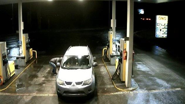 Benzínkový fantom. Při placení řidiči prořízne pneumatiku a poté mu vykrade auto