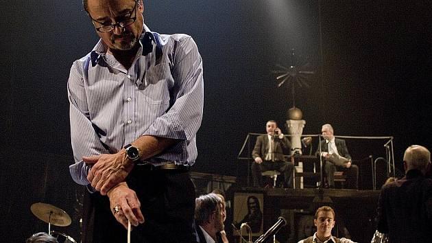 ZKOUŠKA ORCHESTRU. Inscenace pražského Divadla na Vinohradech staví na výkonu Viktora Preisse v titulní roli.