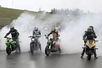 Rekord padl Byť pouze na mokré trati. Na Masarykův okruh i přes velmi nepříznivé počasí dorazily téměř dvě stovky motorkářů. 185 účastníků Motoshow rekordu uctilo památku  a zároveň se hromadnou jízdou po závodní dráze rozloučilo s další sezónou strávenou