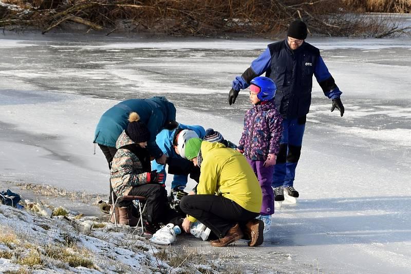 Nadšenci si v sobotu zabruslili na rybníku Šísary ve Velkých Bílovicích.
