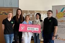 Zástupci volejbalového klubu KP Brno předali šek na padesát tisíc korun.