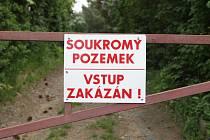Závora uzavírá vjezd do chatařské oblasti na brněnské přehradě.