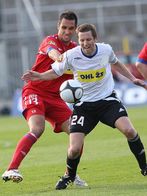 Martin Živný z 1. FC Brno (v červeném) v souboji s Luďkem Straceným z Viktorie Žižkov.