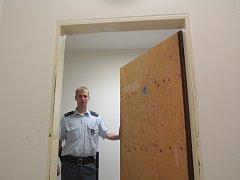 Místo, kde tráví čas předvolaní k soudnímu jednání, představuje další díl seriálu Za zavřenými dveřmi.