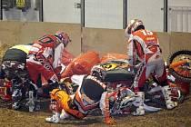 Motokros v Rondu opepřily časté souboje tělo na tělo.