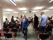 O větších mzdách pro státní úředníky diskutoval v pátek dopoledne premiér Bohuslav Sobotka se zaměstnanci úřadu práce.