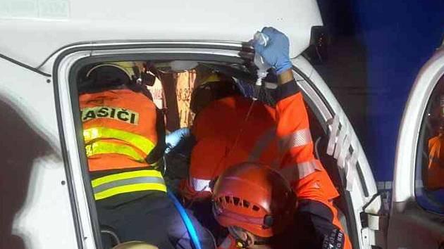 Po středeční večerní nehodě čtyř aut na dálnici D1 v Brně museli jednoho zraněného muže hasiči vy