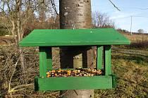 V parku u Lva v brněnských Kníničkách mají od začátku prosince nová krmítka pro ptáky.
